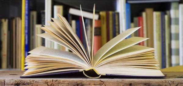 """""""Bookshelf tour"""", czyli pokaż swoją półkę z książkami."""